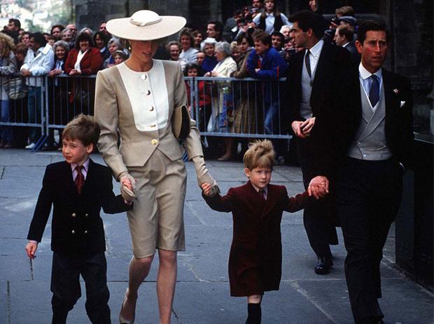 Фото №2 - Стильная гостья: что принцесса Диана носила на чужих свадьбах