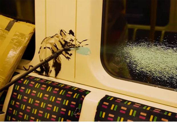Фото №1 - Бэнкси в костюме дезинфектора пробрался в лондонское метро и разрисовал его фирменными чихающими крысами (видео)