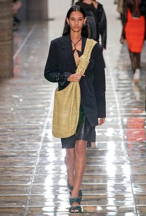 Фото №5 - Объем имеет значение: с чем носить оверсайз-сумки (и где искать самые модные)