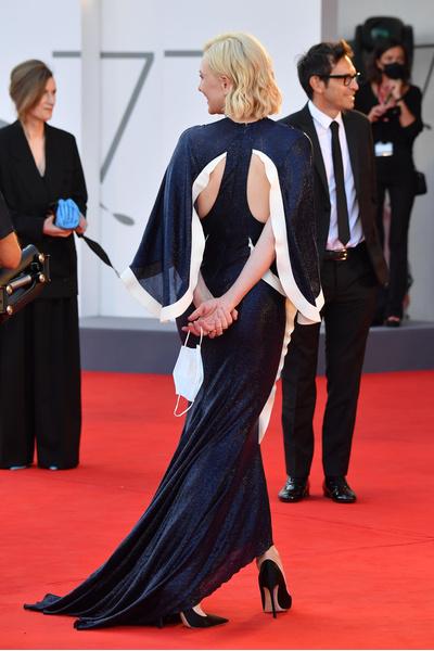 Фото №2 - Кейт Бланшетт, Тильда Суинтон и другие звезды открыли 77-й Венецианский кинофестиваль