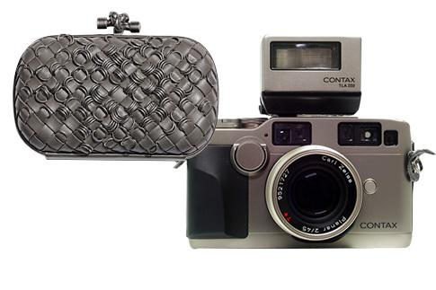 Камера Contax для работы и клатч Bottega Veneta – для выхода в свет