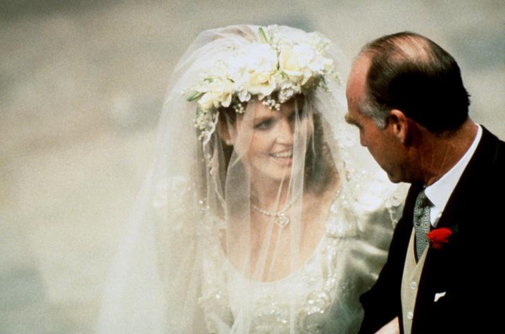 Фото №12 - Самые знаменитые свадебные платья Виндзоров: неудачные, смелые и даже бодипозитивные