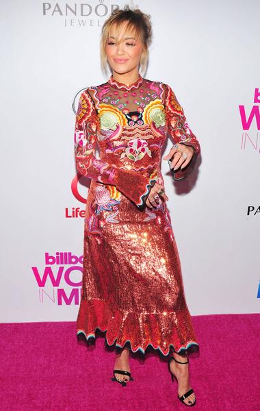Рита Ора, платья звезд с пайетками, модный провал, странные образы с пайетками, блестки, пайетки