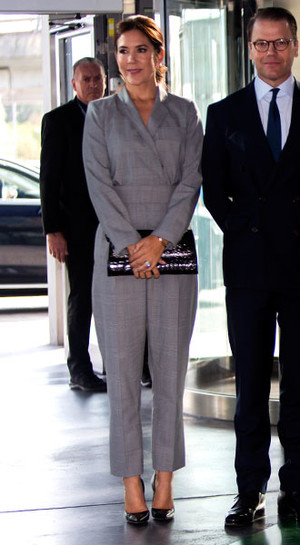 Фото №24 - Как королевские особы носят брючные костюмы