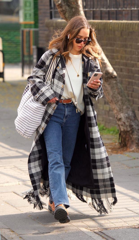Фото №2 - Эмилия Кларк реабилитирует пальто в шотландскую клетку. И мы ей за это очень благодарны