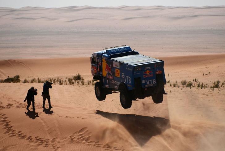 Фото №1 - «Осторожно, низколетящие грузовики!»: на что способен гоночный КАМАЗ