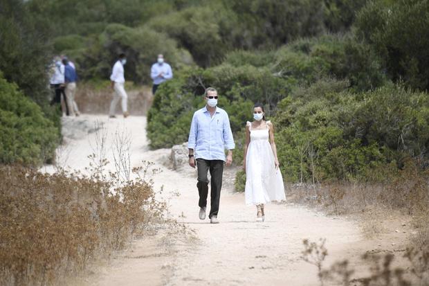 Фото №6 - Что носит королева Летиция в отпуске? Белоснежное платье с романтичными бретелями-крылышками