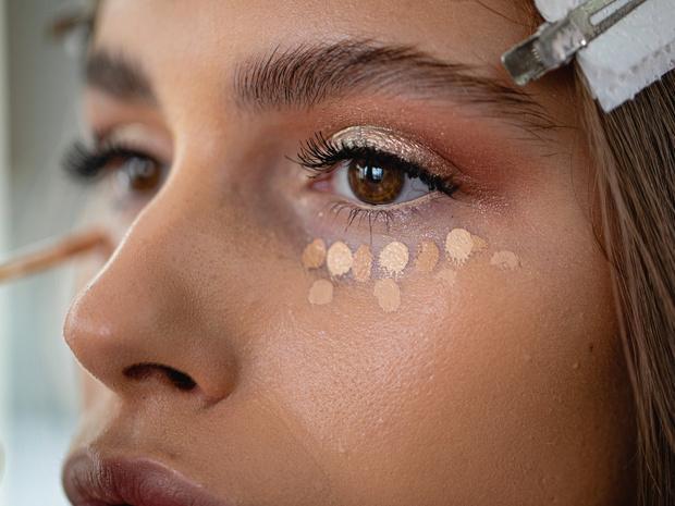Фото №1 - Как спрятать синяки и покраснения на лице, или Все, что нужно знать о цветных консилерах