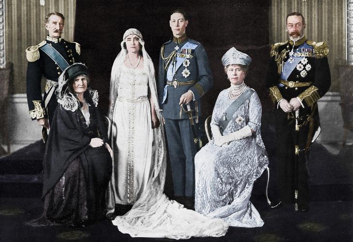 Фото №1 - Самые знаменитые свадебные платья Виндзоров: неудачные, смелые и даже бодипозитивные