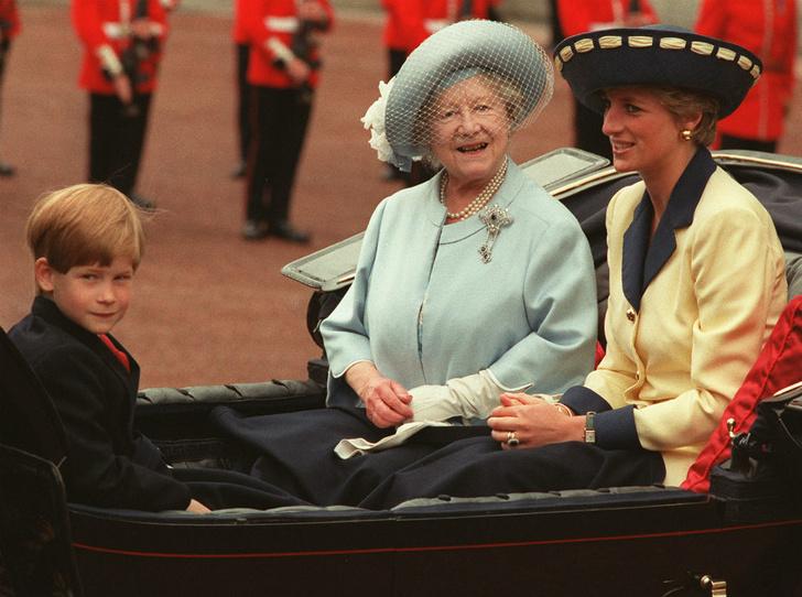 Фото №1 - Как Королева-мать дала принцессе Диане понять, что она больше не часть семьи