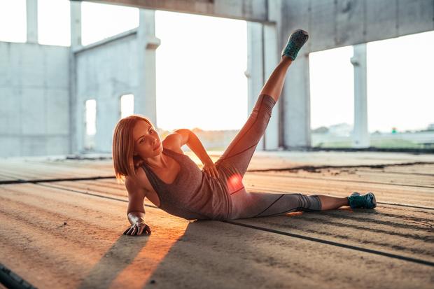 Упражнение 2: подъемы ног на боку