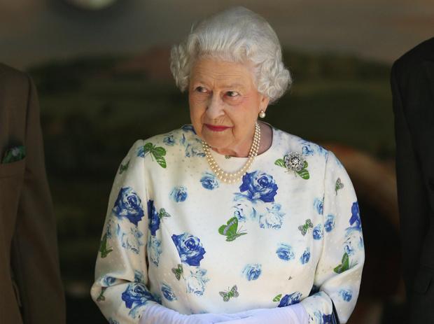 Фото №1 - Первый Zoom Елизаветы: что Королева хотела сказать своим нарядом (и кому)