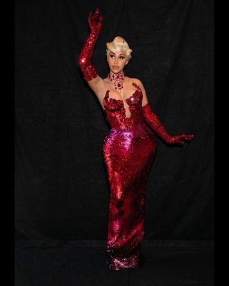 Фото №3 - Перья, пайетки, красный цвет: Карди Би шокировала всех своим появлением на Парижской Неделе Моды