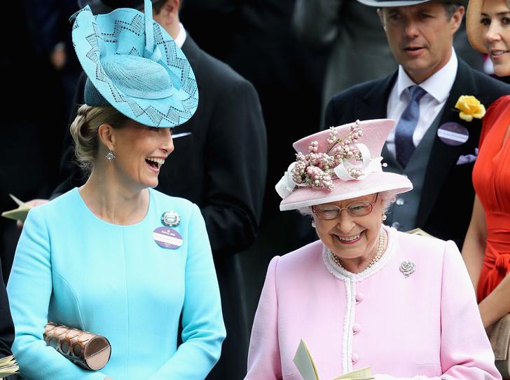 Фото №3 - Много чести: как и зачем Елизавета II заботится о Меган Маркл