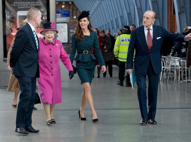 Фото №5 - Много чести: как и зачем Елизавета II заботится о Меган Маркл