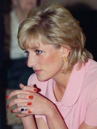 Фото №3 - Как изменилось помолвочное кольцо Дианы, когда оно перешло к Кейт