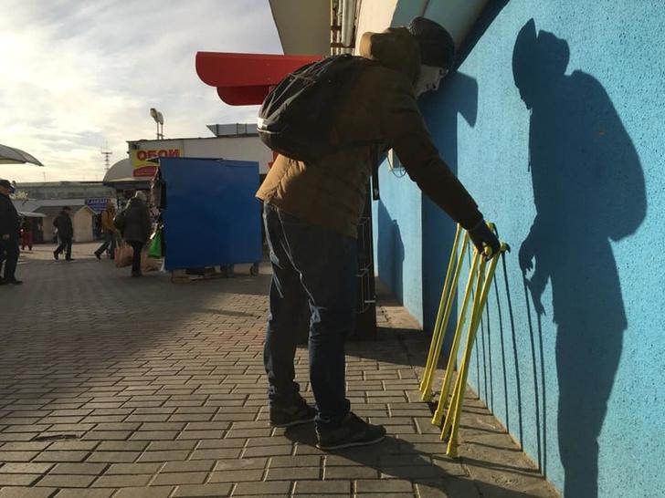 Фото №4 - Белорусская арт-группа запустила в Минске шеринг костылей (фото)