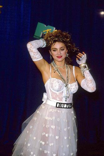 Фото №2 - Королева провокаций: 10 скандальных нарядов Мадонны, которые изменили моду