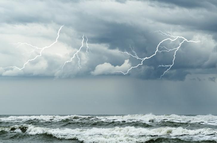 Фото №1 - Бьет ли током в море, когда в него ударяет молния?
