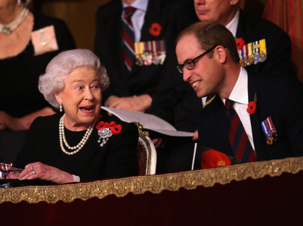 Фото №1 - Не только Королева, но и бабушка: принц Уильям и его трогательное отношение к Елизавете II