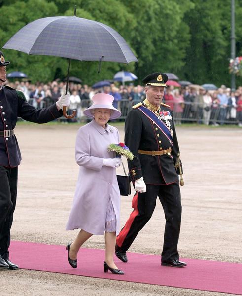 Фото №10 - Виндзорские зонтики: королевский способ спрятаться от дождя