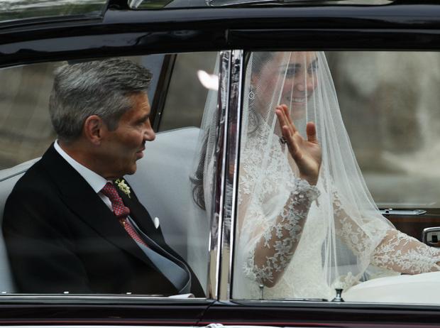 Фото №2 - Трагедия для невесты: почему герцогиня Кейт плакала из-за своего свадебного платья