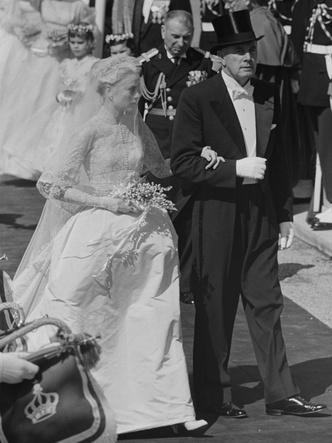 Фото №17 - Платья-близнецы: 15 слишком похожих свадебных нарядов королевских особ