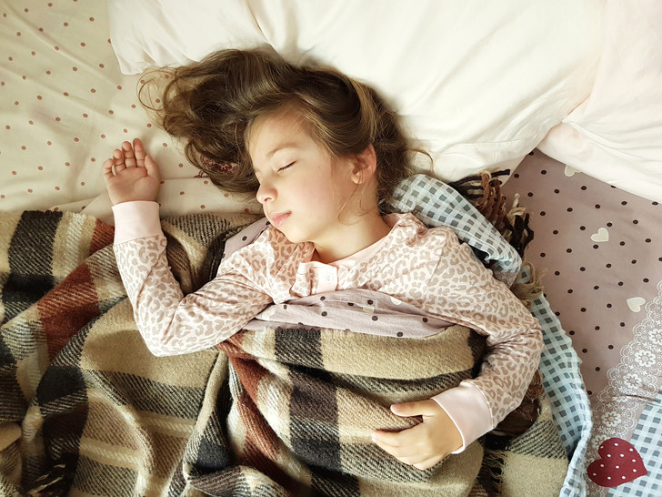 Фото №1 - Почему ребенок скрипит зубами во сне: 6 причин