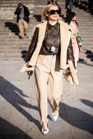 Фото №2 - Как носить кожаные рубашки: стильные идеи на каждый день