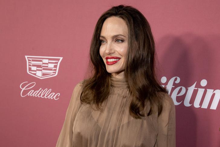 Фото №1 - Халат в катышках и облезший маникюр: Джоли прогулялась в очень небрежном виде
