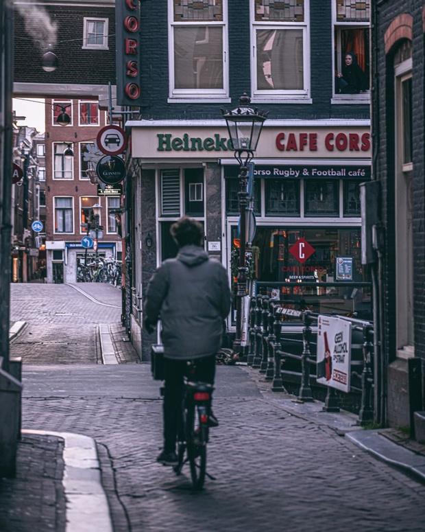Фото №5 - Фотограф из Амстердама показал, как квартал красных фонарей живет при карантине