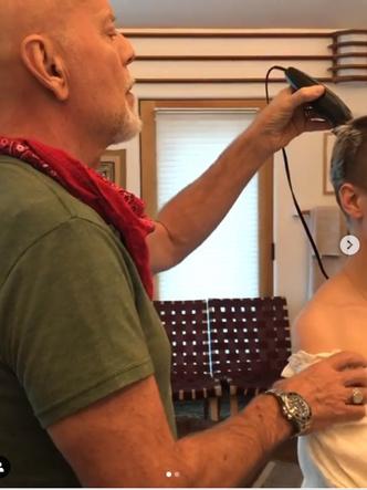 Брюс Уиллис бреет дочь наголо