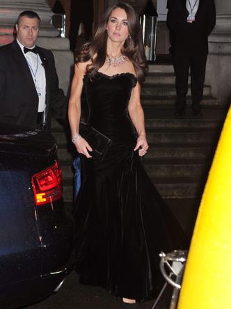 Фото №3 - Самый роскошный и смелый вечерний выход герцогини Кейт в ее королевской биографии