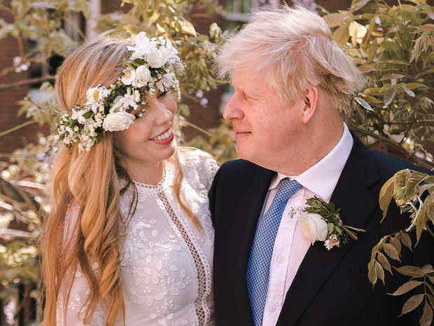 Фото №1 - Без фаты и шлейфа: в чем выходила замуж новая Первая леди Британии