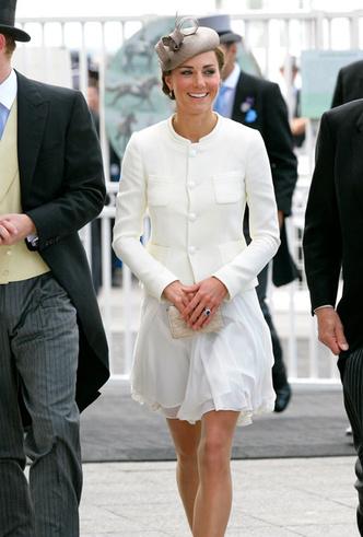 Фото №2 - Искусство провокации: как королевские модницы носят мини
