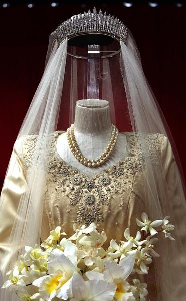 Фото №6 - Самые знаменитые свадебные платья Виндзоров: неудачные, смелые и даже бодипозитивные
