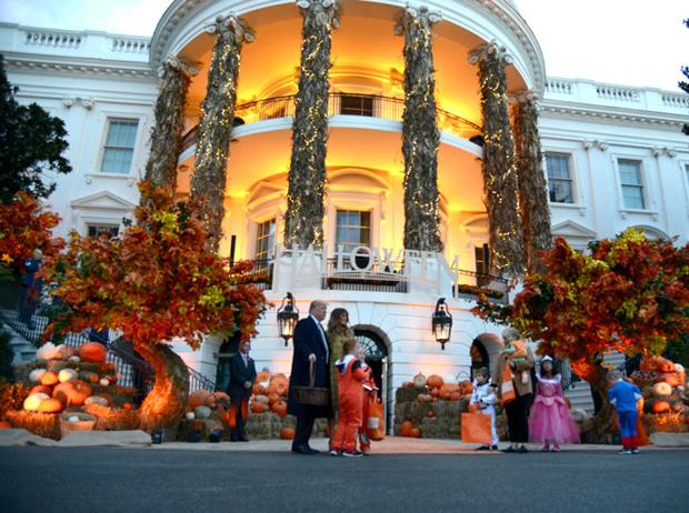 Фото №2 - «Это и так жуткое место»: Меланию Трамп раскритиковали за подготовку Белого дома к Хэллоуину