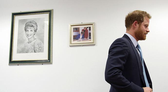 «Я знаю, что ты чувствуешь»: принц Гарри поддержал детей, потерявших своих родных