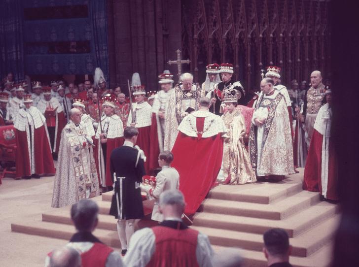 Фото №3 - Никто не идеален: какую ошибку совершила Елизавета II во время своей коронации