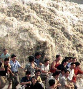 Фото №1 - 3,5-метровой волной смыло туристов в Китае