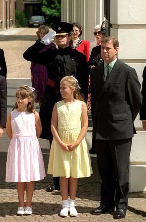 Фото №3 - Как Королева Елизавета поддерживает внуков
