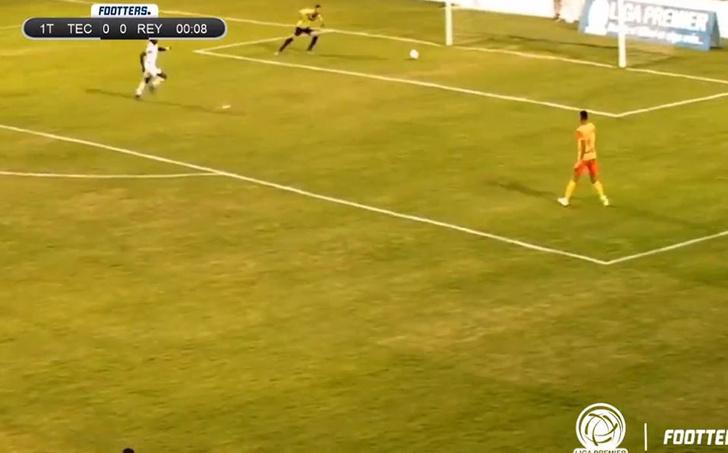 Фото №1 - Дурацкий и быстрый: вратарь забил сам себе за 11 секунд с начала матча (видео)