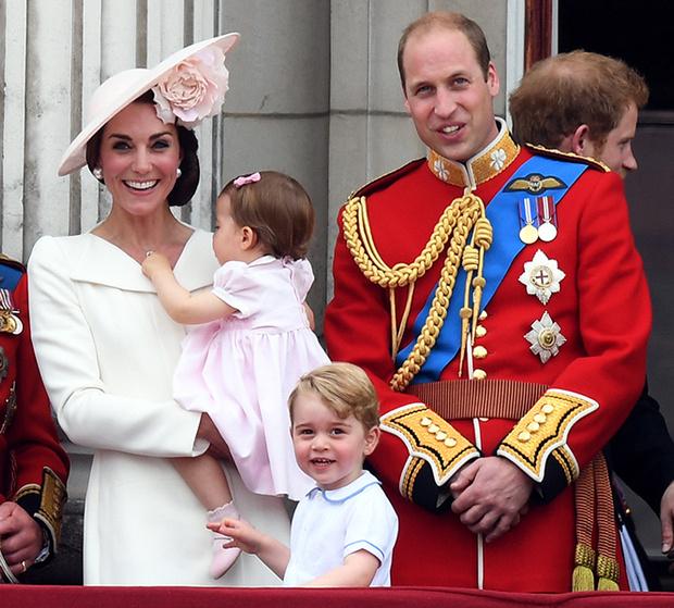 Фото №4 - Принцесса Шарлотта и принц Джордж стали главными героями «балконного шоу»