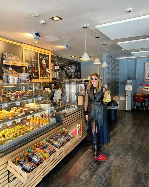 Фото №1 - Жанна Бадоева вышла за кофе в кожаном мини и кружеве
