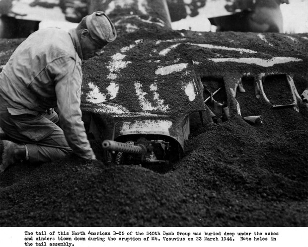 Хвостовая часть B-25 погребена под слоем вулканического пепла. 23 марта 1944.