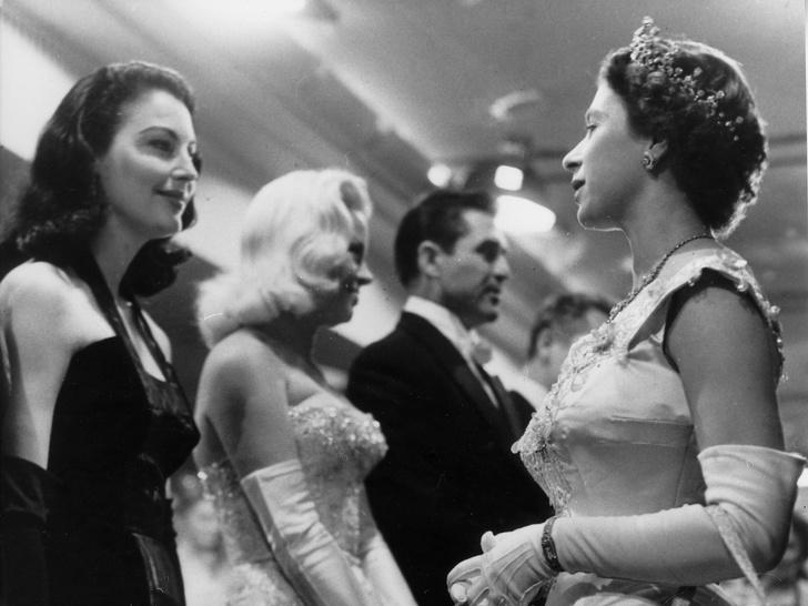 Фото №2 - Как звезды одевались на встречи с Королевой: от гламура Мэрилин Монро до латекса Леди Гаги