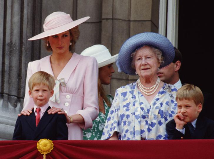 Фото №1 - Почему Королева-мать была близка с Уильямом, но не общалась с Гарри