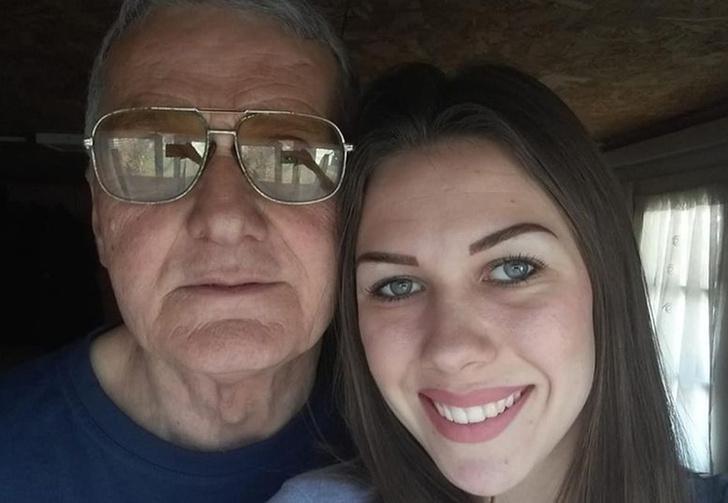 Фото №1 - 74-летний мужик развёлся с 21-летней женой после того, как она изменила ему с 60-летним соседом