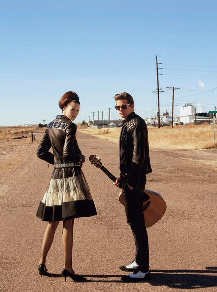 Девушка и юноша на дороге