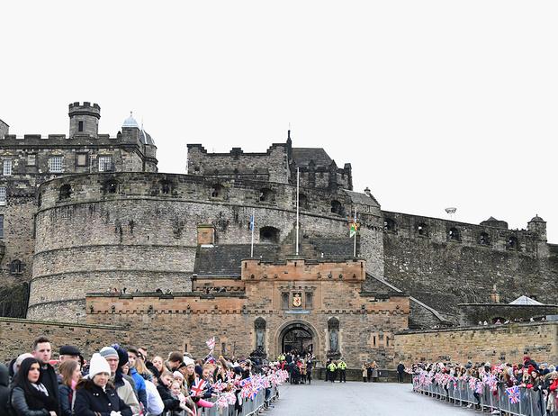Фото №3 - Принц Гарри и Меган Маркл накануне Дня всех влюбленных приехали в Шотландию
